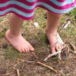 Nohy naboso v lese